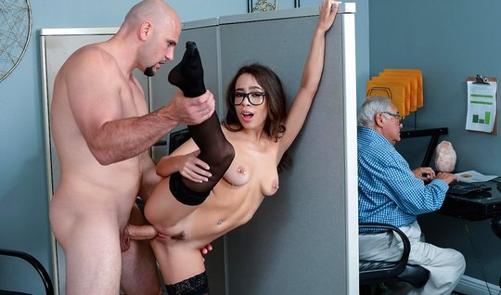 Секретарша в чулках занимается сексом на рабочем столе