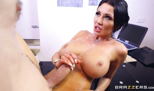 Жесткое порно с грудастой брюнеткой смотреть