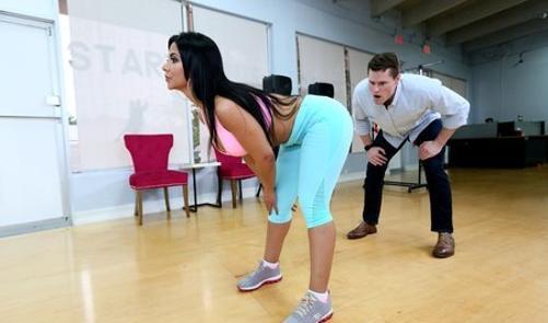 Большая попка брюнетки сводит тренера с ума порно 365