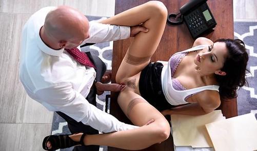 Босс круто трахает сексуальную секретаршу на столе