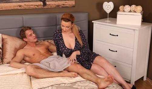 Сисястая мачеха пришла соблазнять пасынка на секс порно 365