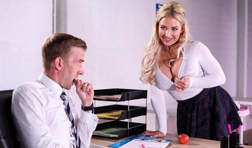 Студентка с большими дойками занялась сексом с учителем