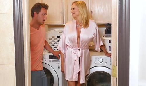 Мамочка подставляет свою киску для  секса с сыном